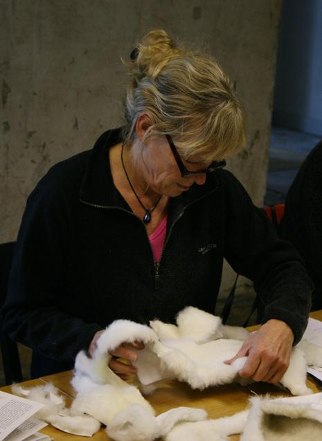 Monika Karlsson från Katrineholm i full färd med pälsmössan